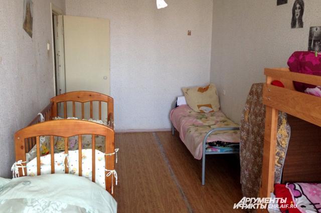 В этой комнате и живут мамочки с детьми.