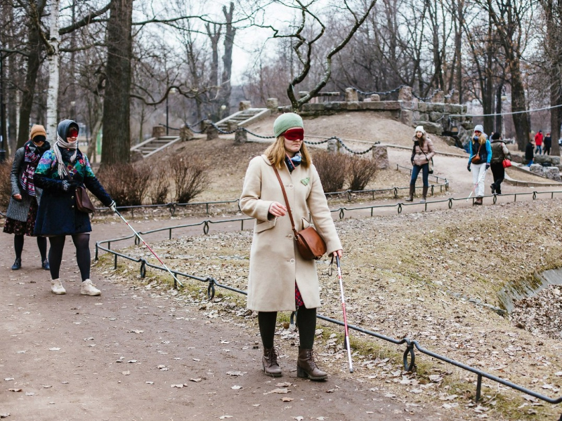 Во время экскурсии петербуржцы руководствуются слухом, обонянием и осязанием.