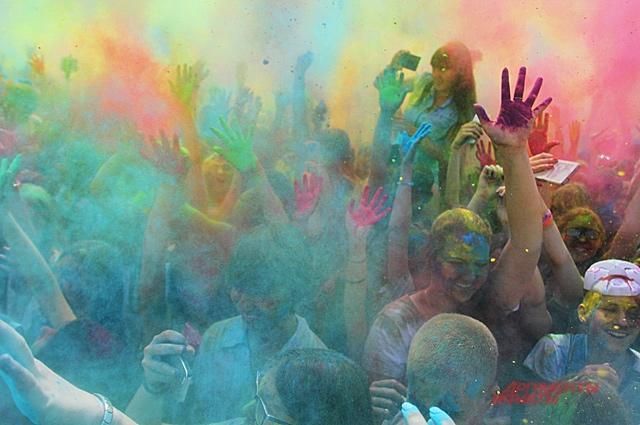 На фестивале красок горожане могут весело провести время.