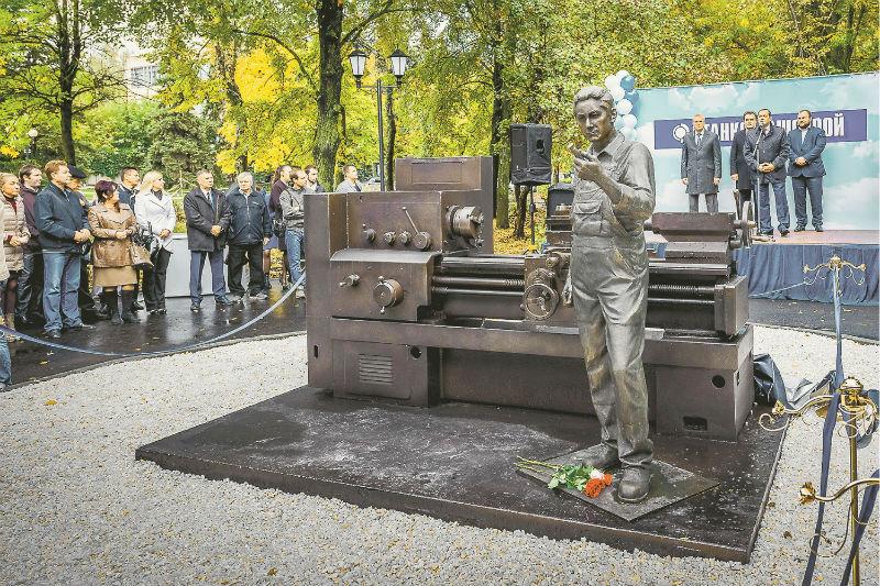 Памятник токарю в Пензе.