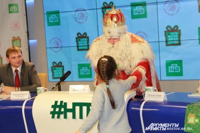 Письма Деду Морозу дети лично вручали на пресс-конференции.