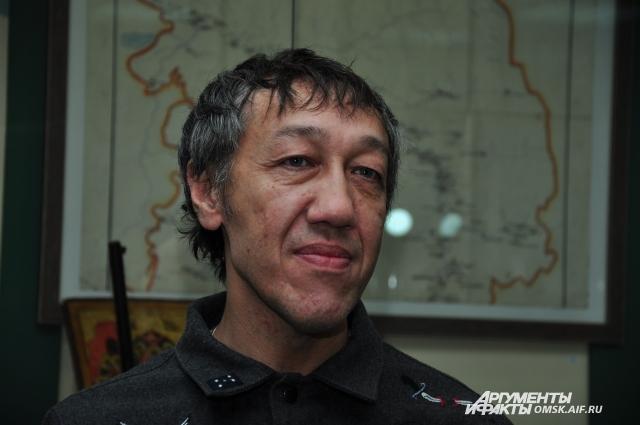 На выставке представлены картины омского художника Дамира Муратова.