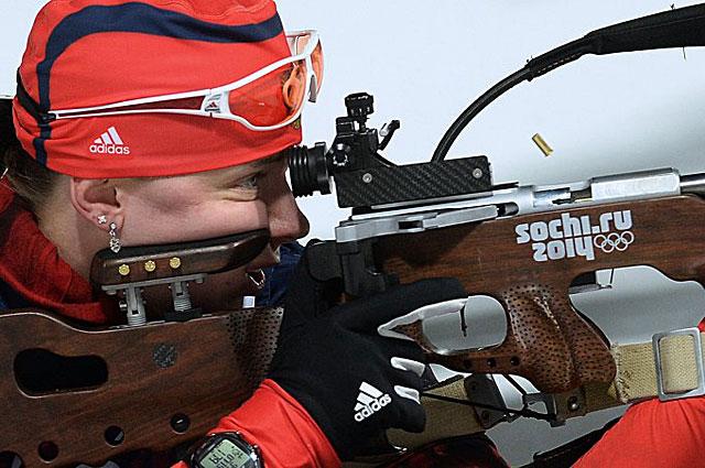 Ольга Вилухина на огневом рубеже спринтерской гонки в соревнованиях по биатлону на XXII зимних Олимпийских играх в Сочи