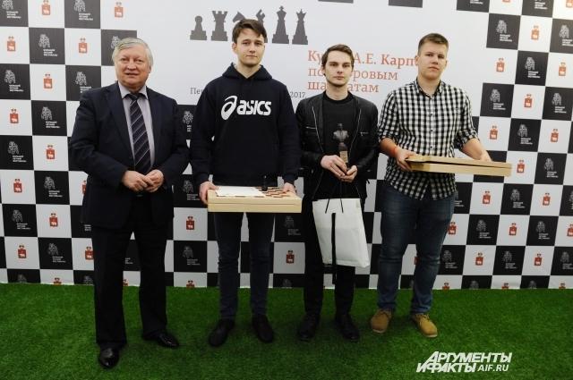 Победитель чемпионата Дмитрий Татаринов из Перми получил кубок из рук Анатолия Карпова, а призёры чемпионата Владимир Фотин и Максим Рудометов – шахматы гроссмейстера.