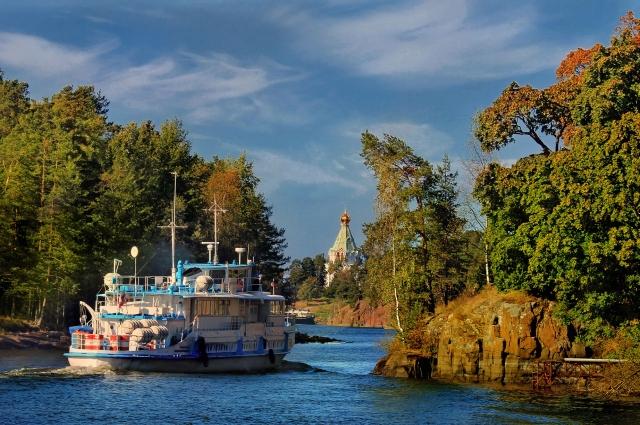 Санкт-Никольский скит на острове Валаам на Ладожском озере и небольшой теплоход.