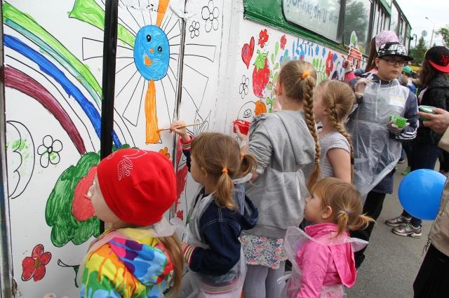 В этом году тема для рисования - фрукты и ягоды.