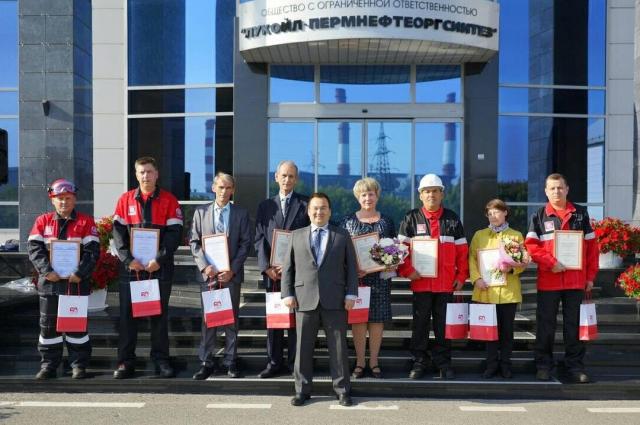 На открытии вахты Сергей Андронов также наградил лучших работников предприятия.