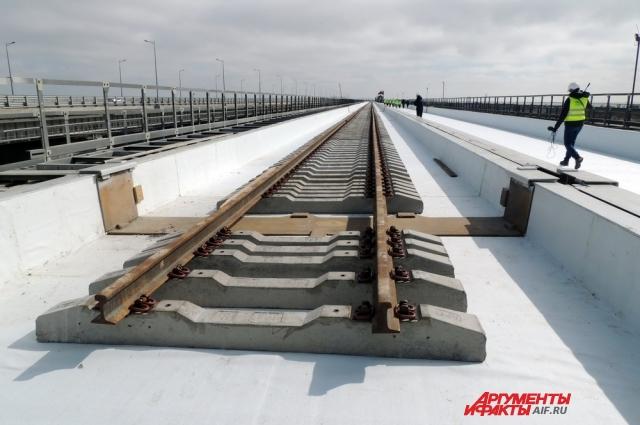 На мосту уже уложено 19 километров рельсов из 38.
