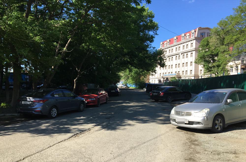 Припаркованные машины сужают и без того не широкую дорогу