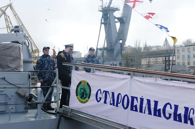Военнослужащие ВМФ Украины напатрульном катере типа Island «Старобельск», переданном США Военно-морским силам Украины, впорту Одессы.