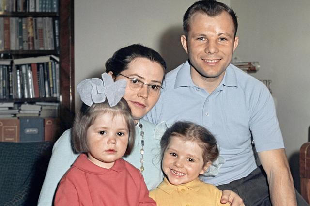 Юрий Гагарин (справа) с женой Валентиной (слева на втором плане) и дочерьми Галей и Леной.