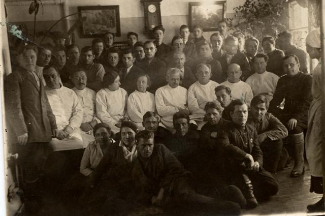 Коллектив медучреждения в ранние годы.