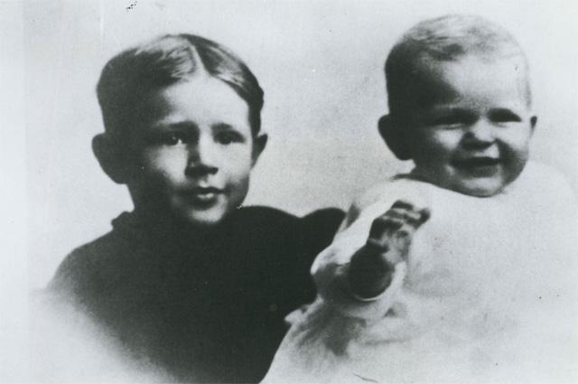 Рональд Рейган состаршим братом Нилом.