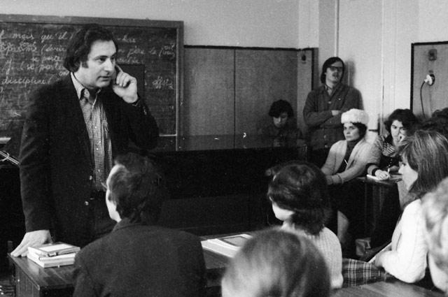 Советский композитор Альфред Шнитке беседует со студентами Государственного музыкально-педагогического института имени Гнесиных в одной из аудиторий института.