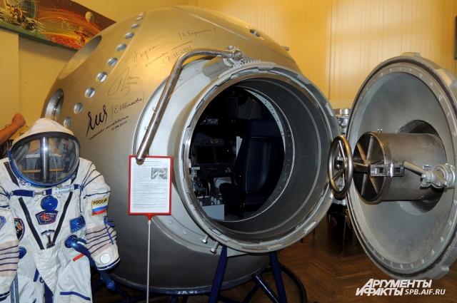 В открытом космосе человек сразу же погибнет без скафандра.