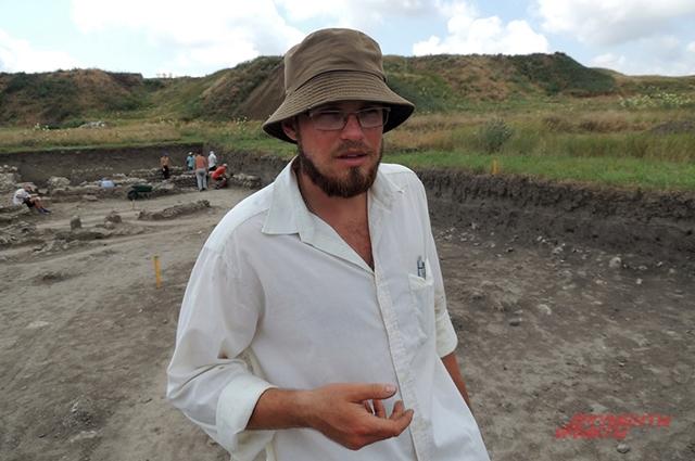 Сергей Остапенко родился в поселке Сенном неподалеку от древнего города. В девятом классе после экскурсии на раскопки он загорелся археологией и теперь уже сам профессионально исследует Фанагорию.