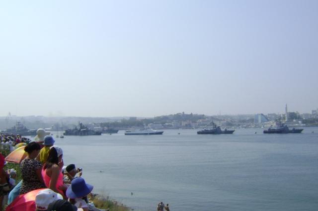 За парадом кораблей Черноморского флота наблодают тысячи севастопольцев и гостей города.