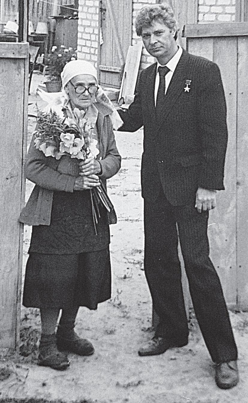 Валентин Родченко в родной станице с мамой Анной.
