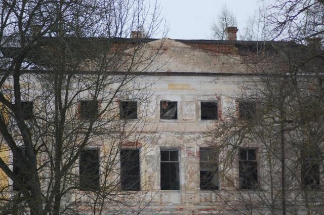 «Облупившийся фасад, выбитые окна, вокруг – заросли»