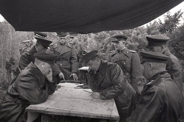 Маршалы Г.К. Жуков  и К.К. Рокоссовский и др. в период форсирования Днепра и укрепления Плацдарма. 1943 год.