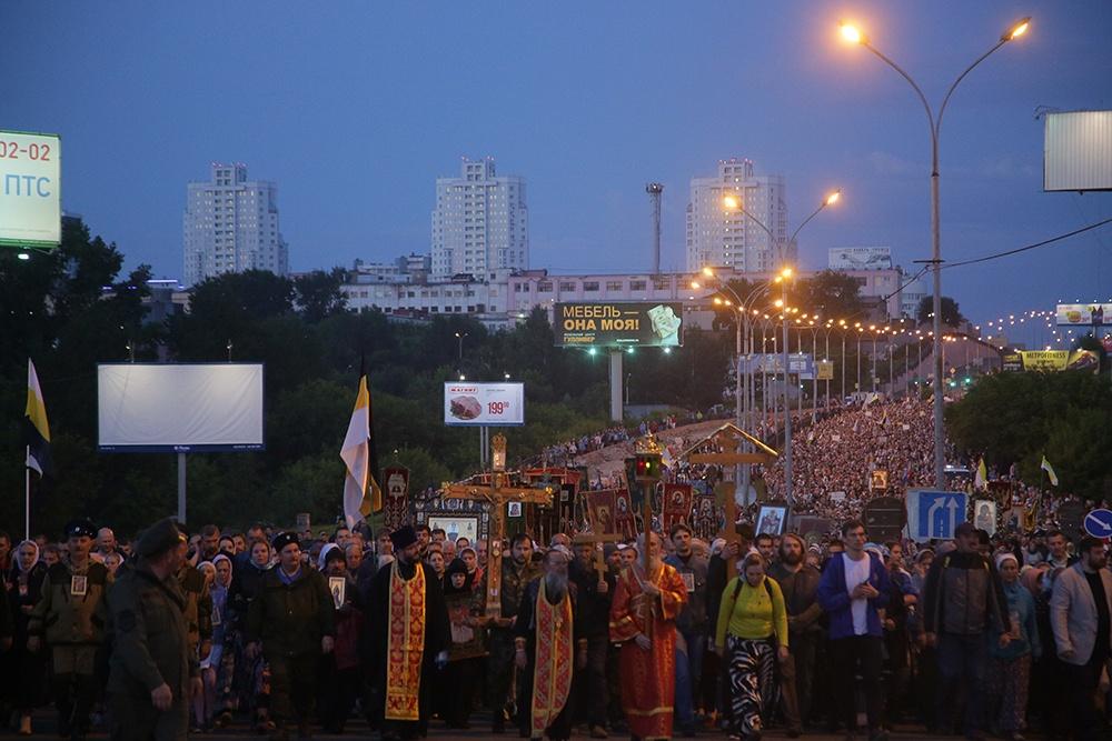 В шествии до Ганиной Ямы - десятки тысяч человек.