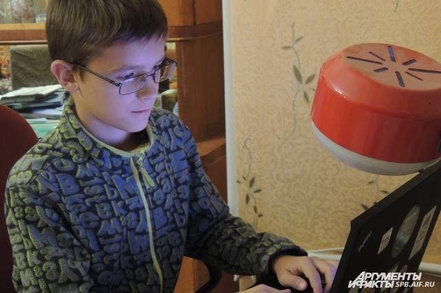 Школьник программирует нейронные сети и изучает криптовалюты.