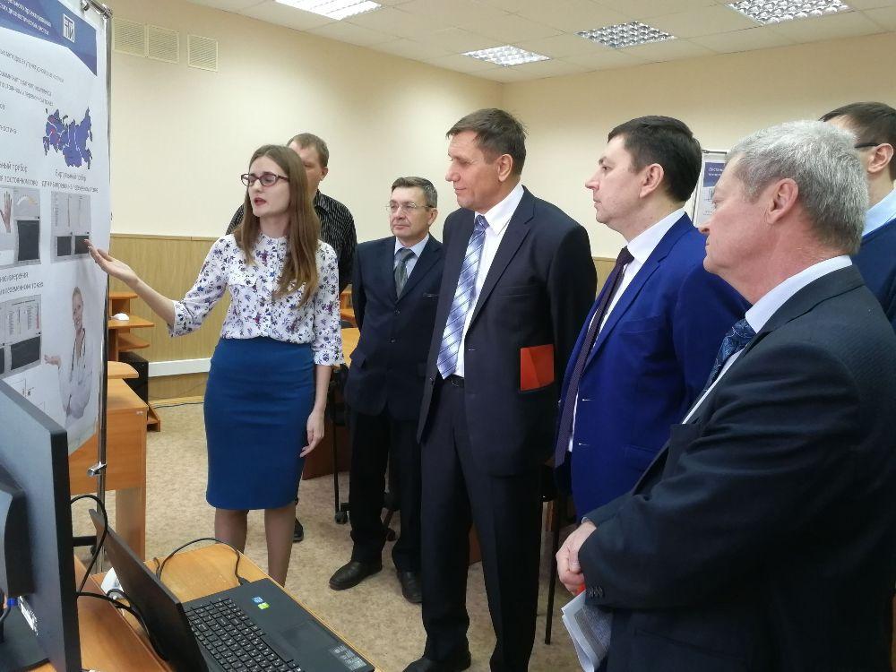 После торжественного открытия заводчанам предложили ознакомиться с учебно-технической базой института.