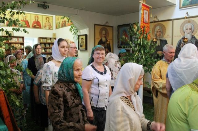 В пятницу вечером накануне Троицкой родительской субботы совершается заупокойное вечернее богослужение - парастас.