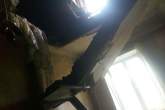 Чудом во время обрушения потолка в квартире № 11 в двухэтажном доме № 20 по ул. 3-го Интернационала никто не пострадал.