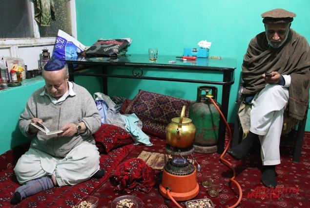 Сосед-афганец зашёл в гости.