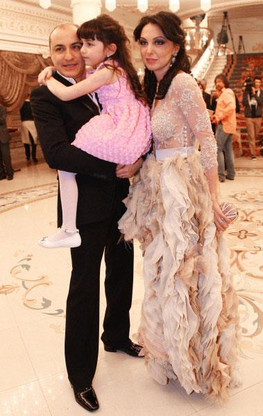 Художественный руководитель и арт-директор Хора Турецкого Михаил Турецкий с супругой Лианой и дочерью Эмануэль. 2012 год