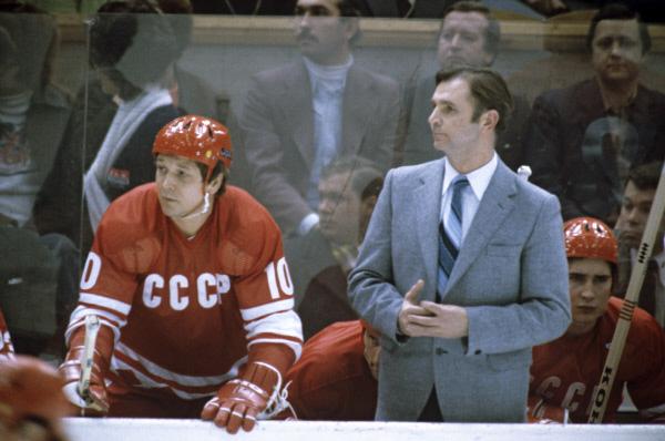 Нападающий Александр Мальцев и старший тренер сборной команды СССР по хоккею Виктор Васильевич Тихонов. 1980 г