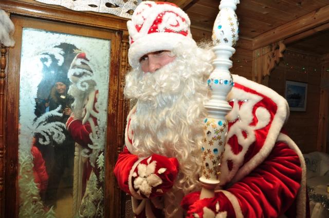 Дед Мороз встречает готов встретиться с юными омичами и их родителями.