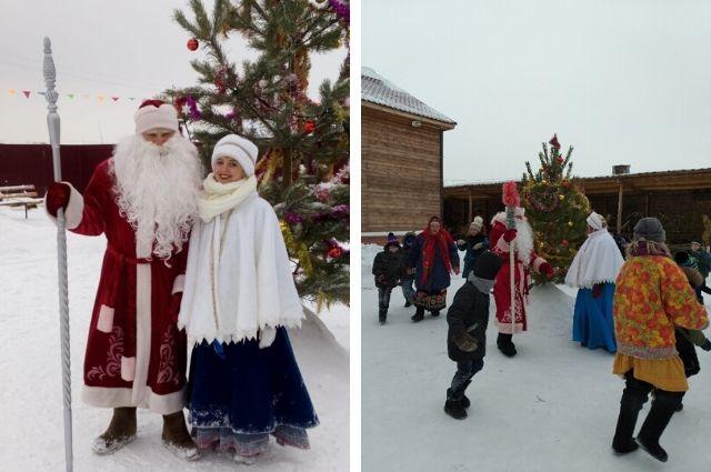Дед Мороз с внучкой встречает гостей.