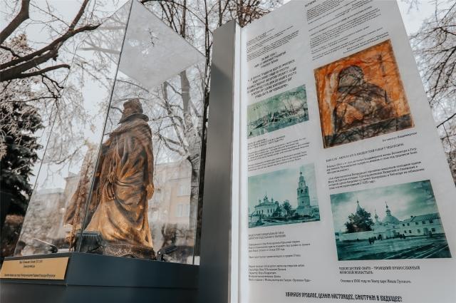 Скульптура помещена под антивандальное стекло.