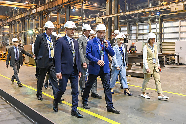 Главе региона провели экскурсию по территории завода в Калужской области.