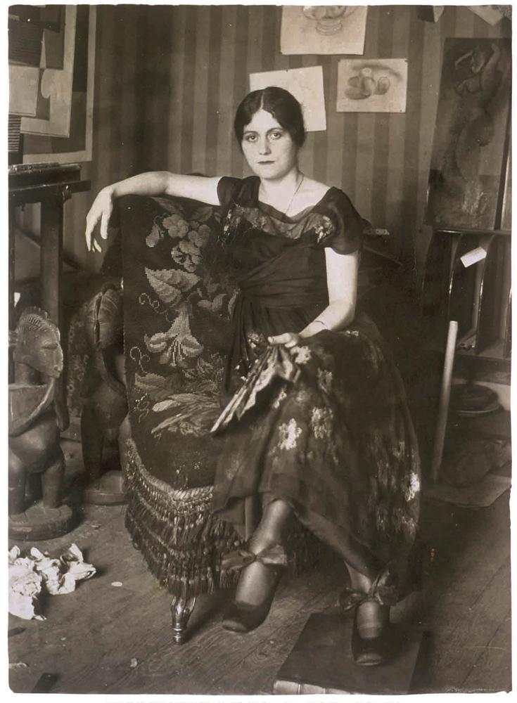 Ольга Хохлова в мастерской Пикассо в Монруж, весна 1918 года.