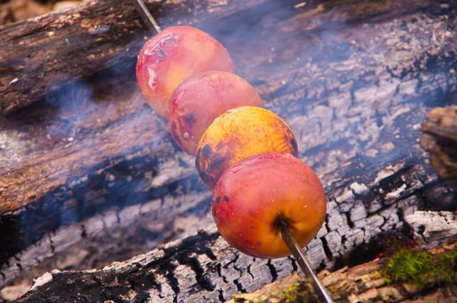 Яблоки, печенные на костре
