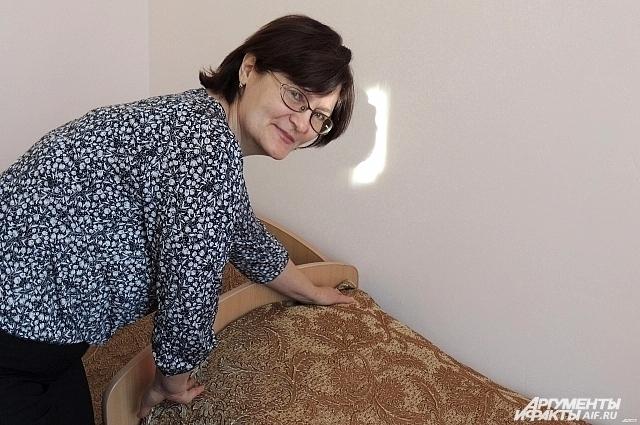 Мимоходом поправляя кровать, Татьяна не ругает детей за неаккуратность