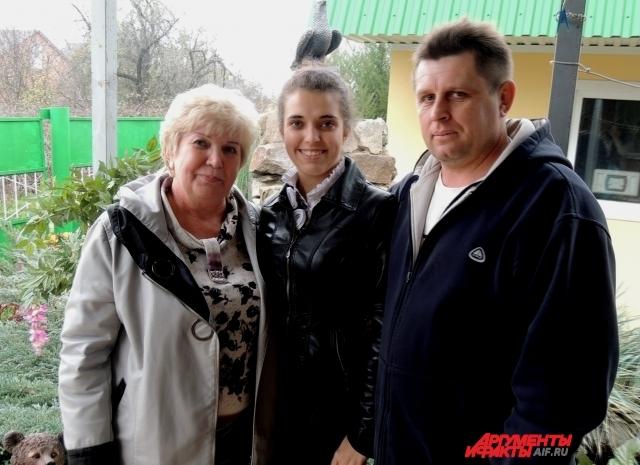 Лидия с мужем Николаем и родной дочерью Элли