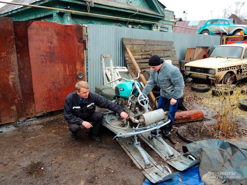 Игорь Минин и его помощник с собственной конструкцией снегохода