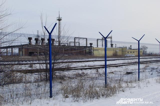 Крепкий металлический забор не спасает предприятие от воров.
