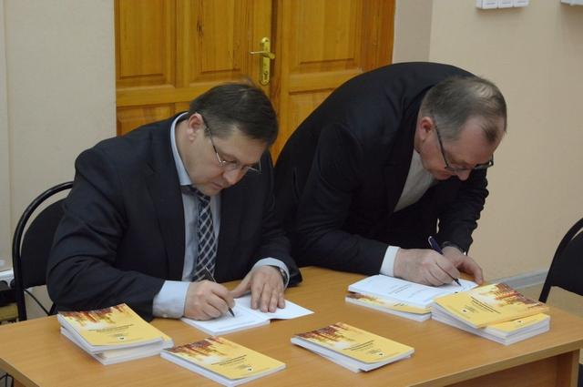 Владимир Абрамов и Николай Линов подписывают новые учебники для РГРТУ.