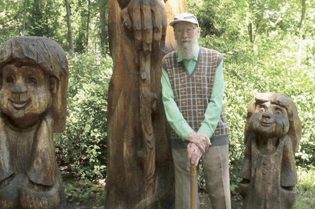 Валентин Динабургский с известными скульптурами в парке-музее три года назад.