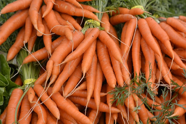 Не мойте и не скоблите морковь, чтобы она дольше хранилась в погребе.