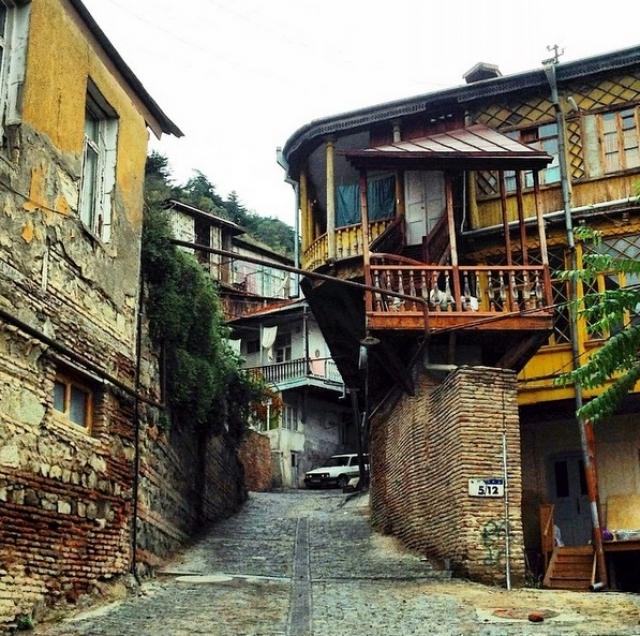 Считается что Тбилиси основан в V веке нашей эры Вахтангом Горгасали, царём Иберии, и стал столицей в VI веке, но название Тбтлада имеется на более ранних римских картах.