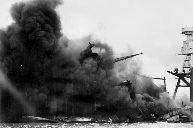 Линкор «Аризона» горит после взрыва, вызванного попаданием японской бомбы.