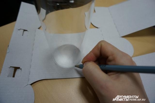 Картон можно изпользовать из упаковки от самого стакана.