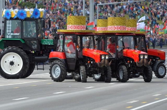 Белоруссия гордится тракторами своего производства. Например, этим летом они приняли участие в параде, посвящённом Дню независимости страны.