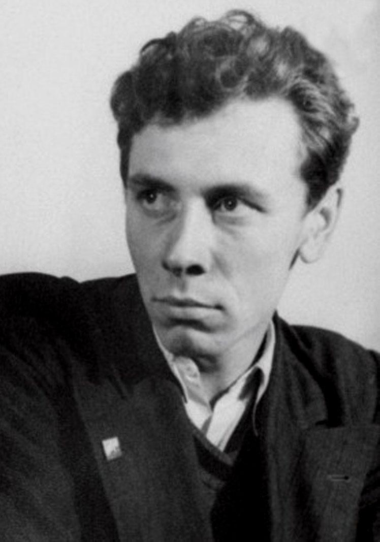 Анатолий Папанов — студент Государственного института театрального искусства.